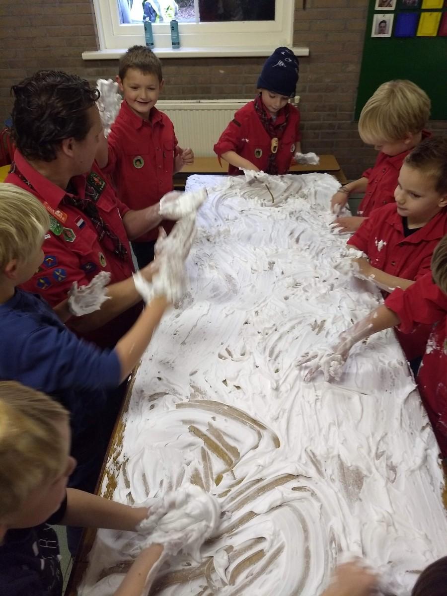 Schilderen met scheerschuim bij de kabouters Scouting Santpoort